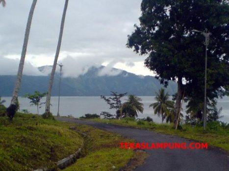 Menikmati Keindahan Danau Ranau