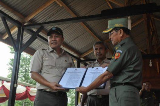 Menteri Kehutanan Zulkifli Hasan menyerahkan izin Hkm kepada warga Lampung Barat melalui Wakil Bupati Lampung Barat Makmur Azhari, di Desa Tribudi Syukur, Senin (24/4/2014).