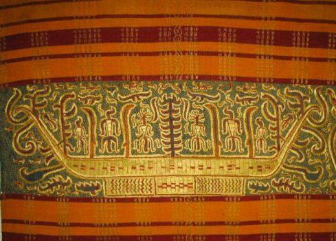 Tapis kuno koleksi Ny. Purwanti Lee dengan ornamen motif Jung pada bidang. Foto: Oyos Saroso HN