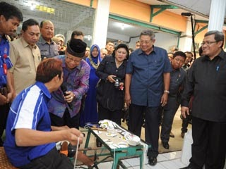 Presiden SBY meninjau pabrik bola di Majalengka (dok Sekretariat Presiden RI)