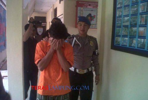 Sarif Hidayatulloh digiring di Polsek Kedaton Bandarlampung, Kamis (14/5). Foto: Teraslampung.com/Zaenal