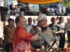 Ketua Seknas Jokowi Lampung mewakili tim pemenangan Jokowi-JK, Dedy Mawardi, berjabat tangan dengan ketua tim pemenangan Prabowo-Hatta di Lampung, Tony Eka Chandra pada acara Deklarasi Damai, di Polda Lampung, Senin (21/7/2014).