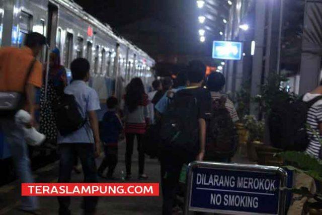 Para pemudik Idul Fitri 2014 di Stasiun Tanjungkarang Bandarlampung, Sabtu, 26 Juli 2014. (Teraslampung.com/Zaenal Asikin)