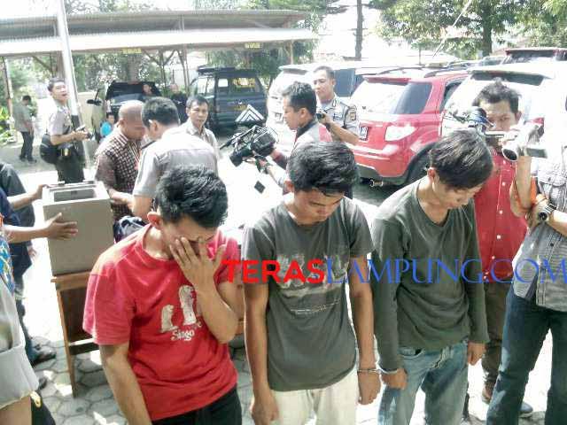 Tiga tersangka pencuri uang milik RM Dua Saudara Kemiling, Bandarlampung. (Teraslampung.com/Zaenal)