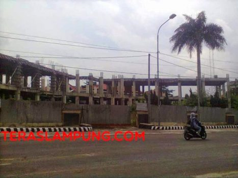 Proyek pembangunan Kantor Pemkab Lampung Tengah: terbengkelai sementara masa jabatan Bupati Pairin-Wakil Bupati Mustafa sudah hampir habis. (Teraslampung/Supriyanto)