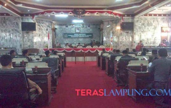 Suasana sidang paripurna pengambilan persetujuan bersama DPRD dan Kepala Daerah tentang Raperda APBD Lampung Utara tahun anggaran 2015 yang batal digelar, Jumat sore (26/120. Foto: Teraslampung,com/Febby Handana).