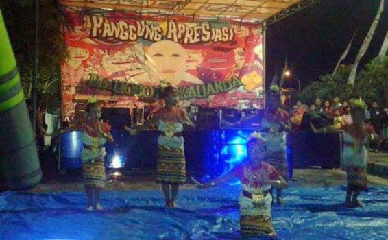 Pentas tari pada malam tahun baru di Malioboro Kalianda