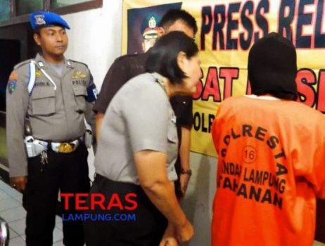Tersangka Sinta saat diperiksa di Mapolresta Bandarlampung, Selasa (6/1/2015).
