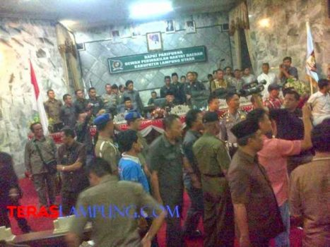 Kericuhan terjadi saat rapat paripurna RAPBD Lampung Utara tahun anggaran 2014, Jumat malam (26/12/2015