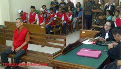Terdakwa Johny Corne mantan Angota DPRD Kabupaten Pesawaran saat duduk di kursi pesakitan jalani sidang perdana terkait kasus penipuan di Pengadilan Negeri Kelas 1 A Tanjungkarang, Selasa (7/2)