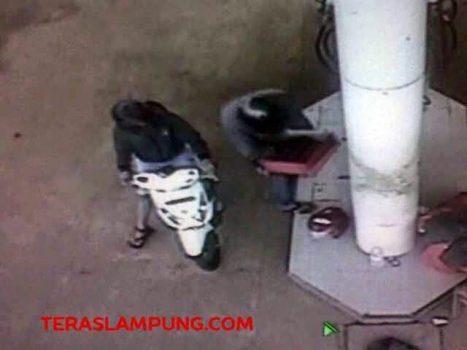 Rekaman CCTV: Kedua pelaku yang menggasak uang yang tersimpan dalam laci di SPBU di Lalan Alamsyah Ratu Prawira Negara (ARPN) Kotabumi, Jumat (17/4/2015) sekitar pukul 12:34 WIB.