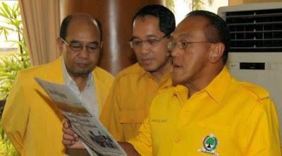 Aburizal Bakri (kanan)