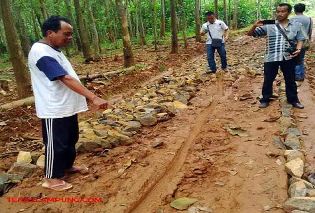 Ketua Badan Permusyawaratan Desa (BPD) Pekurun Utara, Kecamatan Abung Tengah, Lampung Utara (Lampura), Sunjoyo menunjukkan jalan penghubung di Desanya yang belum selesai dikerjakan dan diduga tak sesuai standar.