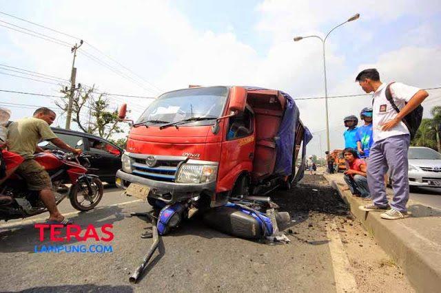 Mobil dump truck penabrak Rosni hingga tewas di lokasi kejadian menjadi tontotan warga. Rosni, pengendara sepeda motor,tewas karena tertabrak, terjepit, dan terseret dump truck tersebut hingga 13-an meter. (Foto: Teraslampung.com/Zainal Asikin).