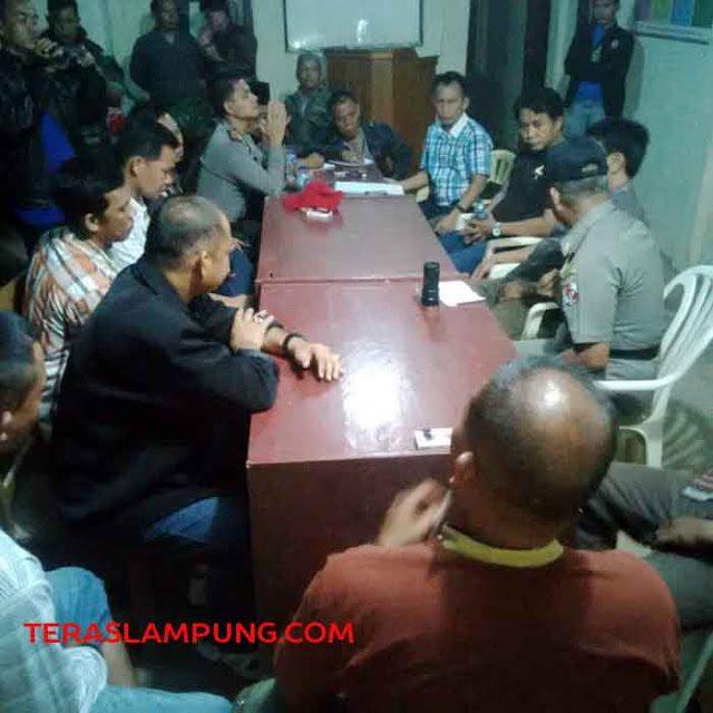 Proses mediasi antara perwakilan kelompok warga yang bertikai, difasilitasi oleh Kepala Badan Kesatuan Bangsa dan Politik, Murni Rizal, Camat Kotabumi Selatan dan Camat Abung Selatan, Jumat malam (29/5).