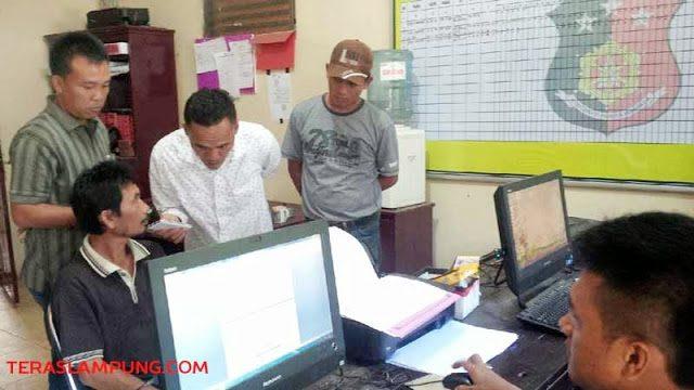 Tersangka Sahroni (duduk sebelah kiri) saat diperiksa di Mapolsek Sungkai Selatan, Selasa (19/5/2015).