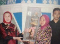 Asisten Bidang Kesra Ellya Muchtar menyerahkan piala kepada juara MTQ Tingkat Provinsi, Rabu malam (13/5).