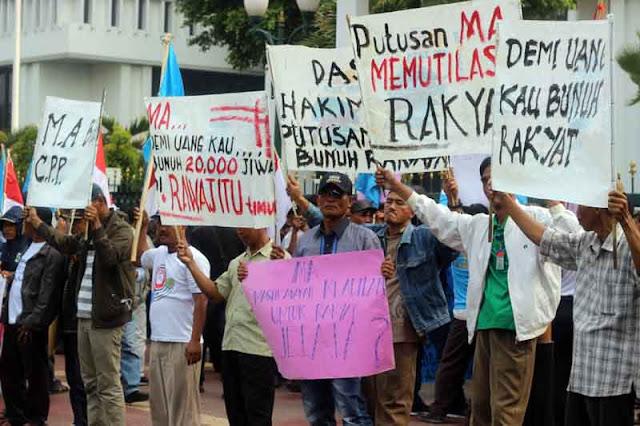 Aksi petambak Dipasena menuntut keadilan di halaman kantor MA di Jl Medan Merdeka Utara, Jakata, Senin (15/6/2015). Foto IST