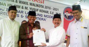 Herman HN dan Yusuf Kohar didampingi Ketua PKS Lampung Gufron Azis Fuadi (kiri) dan Ketua PKS Bandarlampung Aep Saripudin menunjukkan surat rekomendasi PKS untuk Herman dan Kohar dalam pilkada 9 Juni 2015, di Kantor DPD PKS Bandarlampung, Rabu (24/6/2015).