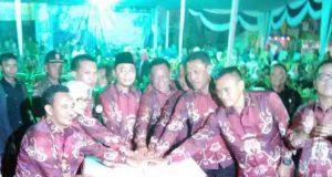 Bupati Lampung Utara Agung Ilmu Mangkunegara (tengah) dan para pejabat Forkmpimda Kabupaten Lampung Utara menekan tombol tanda dibukanya Lampung Utara Fair 2015 di Halaman Parkir Stadion Sukung, Kotabumu, Senin malam (8/6/2015).