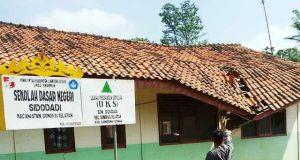 SDN Sidodadi atapnya nyaris ambruk dan sangat membahayakan keselamatan para siswa.