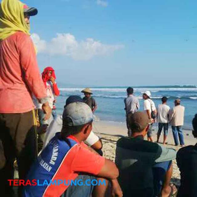 Rekan-rekan korban beristirahat sambil menunggu rekan lainnya yang sedang mencari Nurdin, Agus,dan Lukito yang tenggelam di Laut Ketang, Sabtu (27/6/2015).