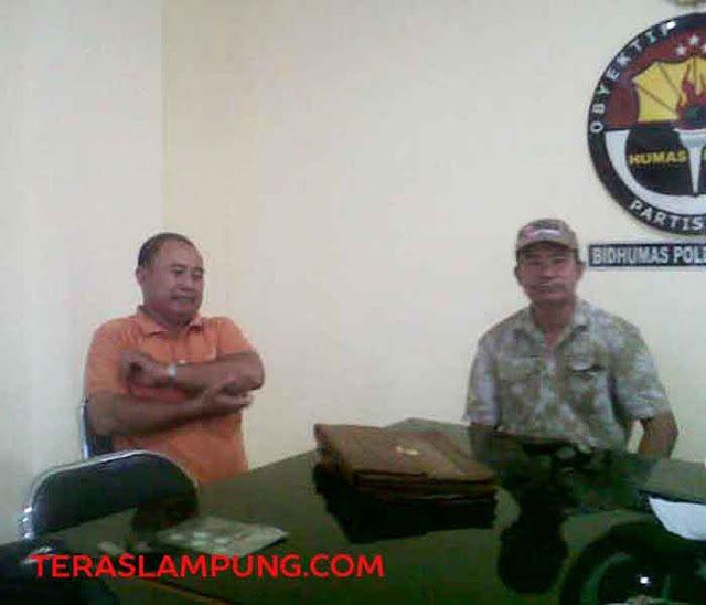 Mahadi (kanan) dan dan Imam saat melaporkan kasus proyek jalan, di Gara Jurnalis Polda Lampung, Selasa (2/6).