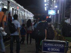 Arus penumpang di Stasiun Tanjungkarang