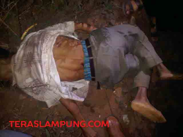 Sesosok jenazah laki - laki tanpa identitas yang ditemukan dipinggir rel KM 99, Kelurahan Sindang Sari, Kotabumi, Lampung Utara, Sabtu malam (11/7/2015).