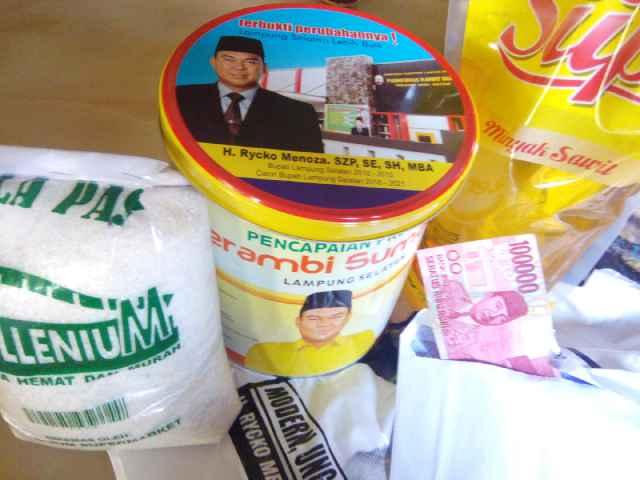 Rycko Menoza-Eki Setyanto Bagikan Sembako dan Uang Rp 100 Ribu