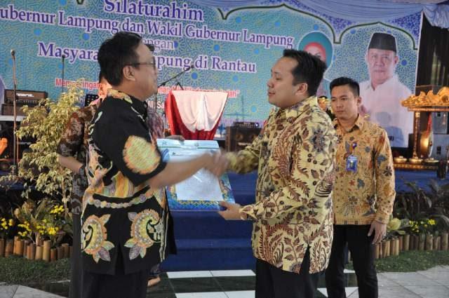 Gubernur Ridho Ficardo menerima seritikat Internastioal Standard Music Number (ISMN) 12 lagu Lampung dari perwakilan Perpustakaan Nasional RI, di TMII, Jakarta, Jumat malam (21/8/2015). Foto: Ist