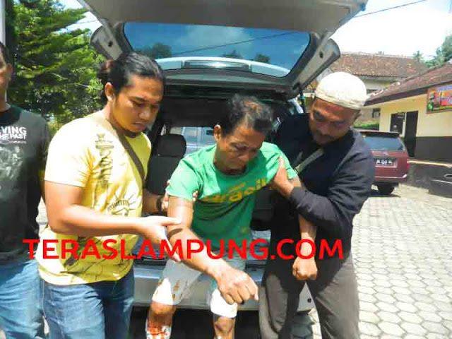 Yanto Beker dibawa petugas ke Mapolsekta Tanjungkarang Barat (Teraslampung.com/Zainal Asikin)