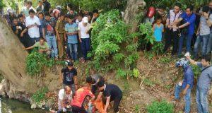 Petugas Inafis Polresta Bandarlampung mengevakuasi mayat perempuan di Sumur Putri, Bandarlampung.