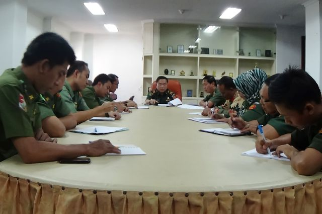 Asisten Bidang Pemerintahan Provinsi Lampung Rifki Wirawan memimpin rapat koordinasi persiapan penyaluran Dana Dukungan Peningkatan Admisnistrasi Pemerintah Desa (DDAPD)) di Kantor Pemprov Lampung, Senin (21/9/2015).