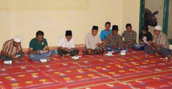 Para aktivis Yayasan Badak Indonesia (YABI) dan tokoh masyarakat membaca Surat Yasin pada acara 7 bulan kehamilan Ratu, 20 September 2015 lalu (Foto dok YAB/badak.or.id).