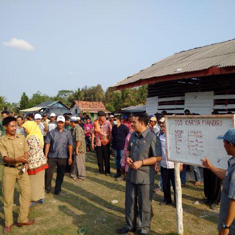 Wakil Bupati Tulangbawang Heri Wardoyo (kanan, baju safari) saat berkunjung ke SD Karya Mandiri di Kecamatan Gedung Meneng, Kamis (8/10/2015).