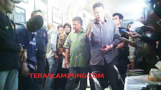 Kapolda Lampung, Brigjen Pol Edward Syah Pernong berikan keterangan peran tersangka Ibrahim pelaku pembacokan Sekdes Malangsari hingga tewas kepada wartawan saat mengekspos perkara di Mapolda Lampung, Jumat (23/10/2015) malam.