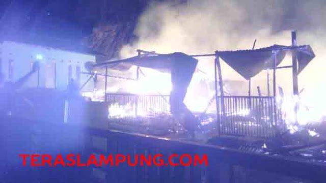 Lima rumah warga Keluarahan Sukamenanti Baru, Kecamatan Kedaton, Bandarlampung luluh lantak akibat kebakaran, Rabu malam (28/10) sekitar pukul 23.30 WIB.