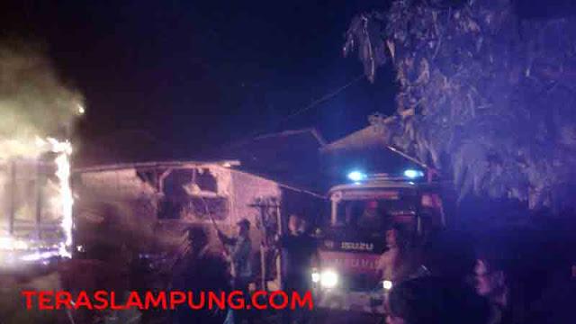 Petugas kebakaran berusaha menjikkan api di sekitar lokasi kebakaran di Kelurahan Sukamenanti Baru, Kedaton, Bandarlampung, Rabu malam.