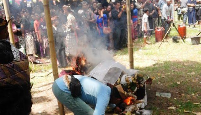 Tragedi pentas Calonarang: pemain berusia muda roboh dan meninggal karena tertusuk keris. (Istimewa)