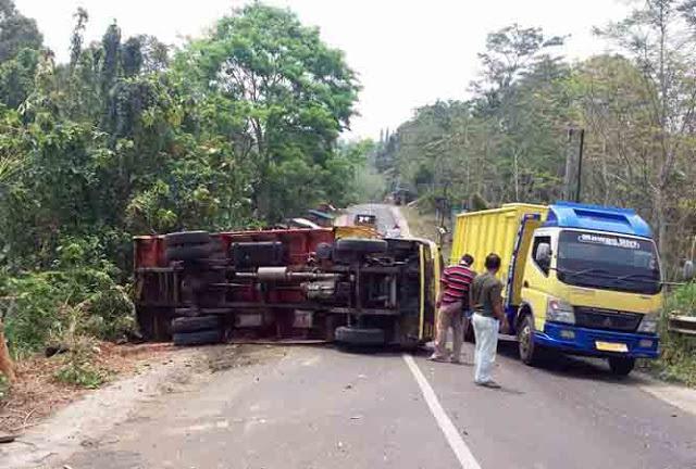 Truk Pengangkut Oli Bekas Terguling di Jl. Raden Imba Kesumaratu
