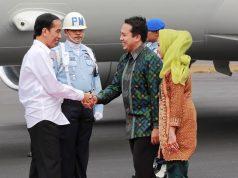 Presiden RI Joko Widodo di sambut Gubernur Lampung M.Ridho Ficardo berserta istri Yustin Ficardo di Bandara Radin Inten II , Jumat (6/11/2015)