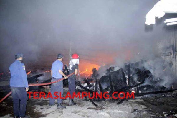"Gudang Toko ""Istana Mebel"" di Jalan Hendro Suratmin, Kelurahan Waydadi, Sukarame, Bandarlampung ludes terbakar, Selasa malam (3/11/2015) sekitar pukul 18.30 WIB."