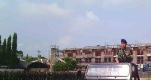 Kapolda Lampung, Brigjen Pol Edwar Syah Pernong mengendarai mobil mengecek padukan saat gelar upacara perayaan HUT ke-70 Korps Brimob Polri di lapangan Mako Brimobda Lampung, Rawalaut, Sabtu (14/11).