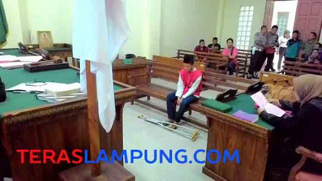 Terdakwa Sudirman salah satu tersangka penembak anggota Brimobda Lampung, Bharada Jefry Saputra hingga tewas jalani sidang perdana di Pengadilan Negeri Tanjungkarang, Selasa (24/11/2015)