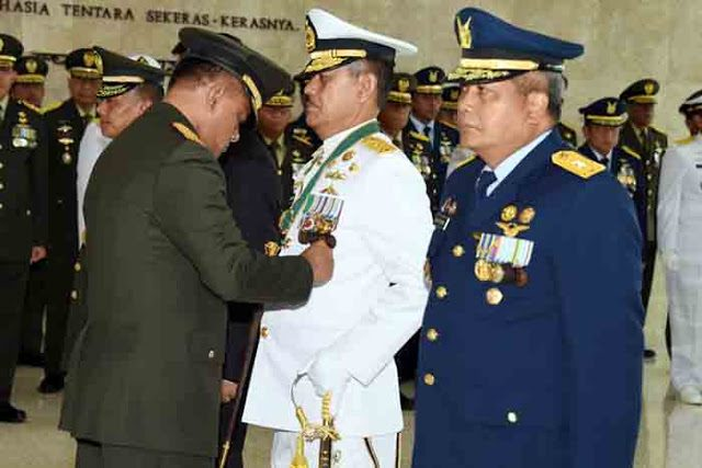 Panglima TNI Jenderal Gatot Nurmantyo menyematkan tanda bindang kehormatan kepada para perwira tinggi TNI.