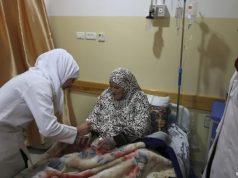 Seorang perawat di RS Indonesia di Gaza sedang menangangi pasien (Foto: reuters/DW)