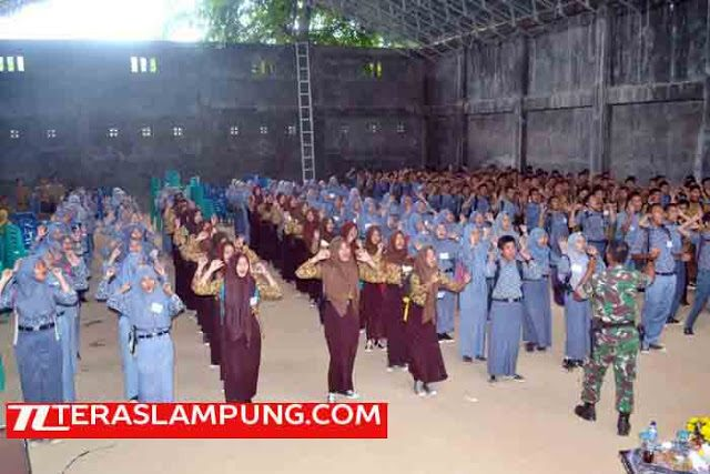 Ratusan pelajar SMA-SMK saat mengikuti pelatihan bela negara yang digelar Kesbangpol Lampung Utara di SMAN 1 Bukit Kemuning, Lampung Utara, Rabu (10/2/2016).