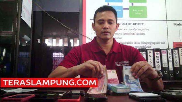 Kasubdit IV Direskrimum Polda Lampung, AKBP Ferdyan Indra Fahmi menunjukkan sejumlah barang bukti yang disita dari mucikari yang menjual Hesty Klepek-Klepek, Sabtu (20/2/2016).
