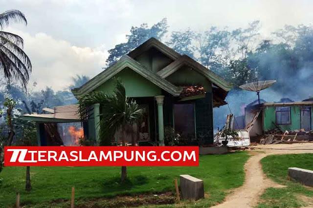 Rumah-rumah yang dibakar di Desa Sukadana Ilir, Kecamatan Bunga Mayang, Lampung Utara, Selasa (2/2/2016).